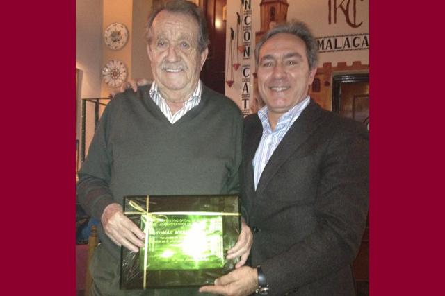 Tomás Merino recibe un reconocimiento por sus 40 años en la profesión